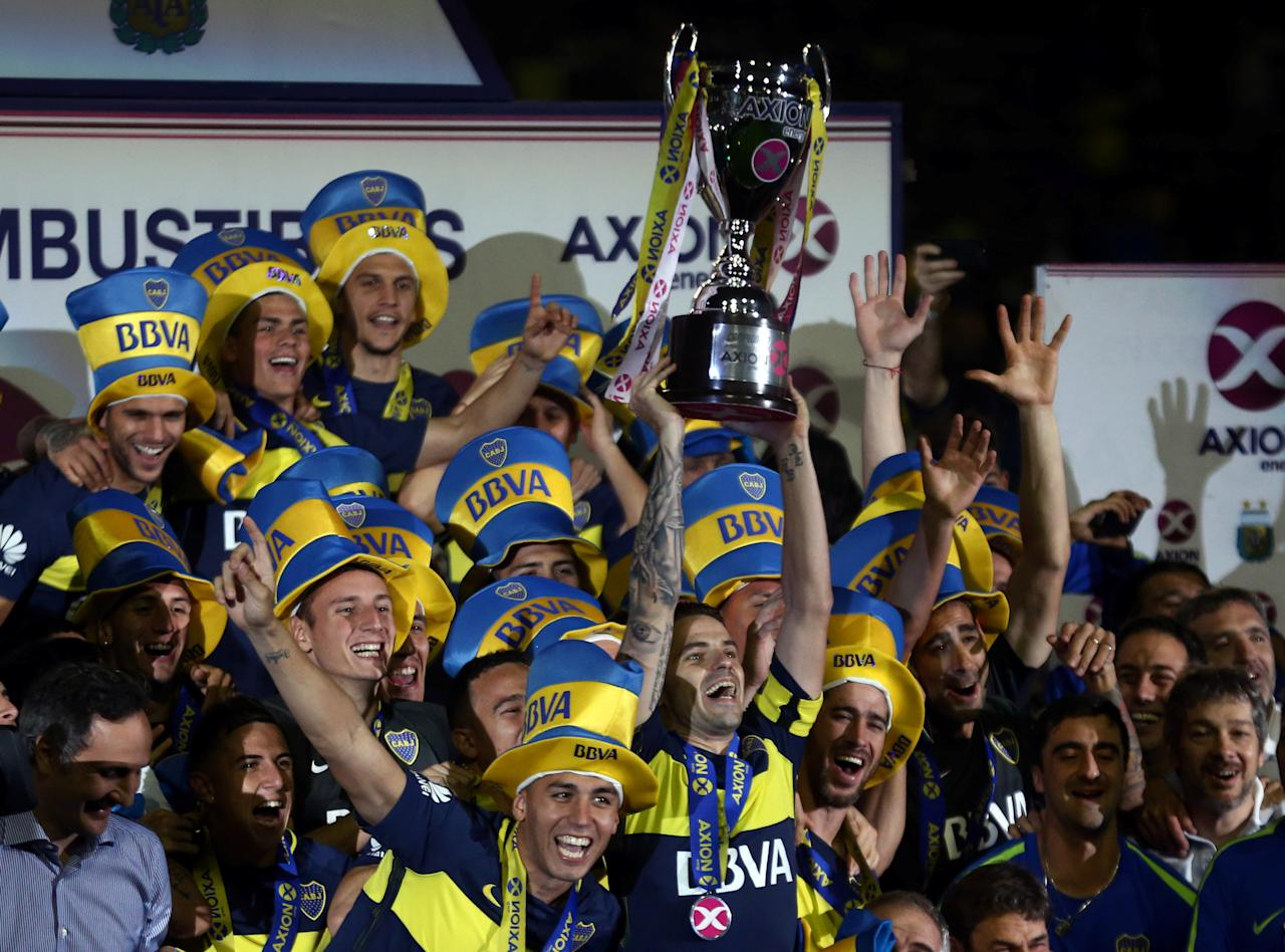 Soccer Football - Boca Juniors v Union - Argentine First Division - Alberto J. Armando stadium, Buenos Aires, Argentina - June 25, 2017. Boca Juniors' team captain Fernando Gago lifts the trophy as they celebrate after they clinched the Argentine tournament. REUTERS/Marcos Brindicci