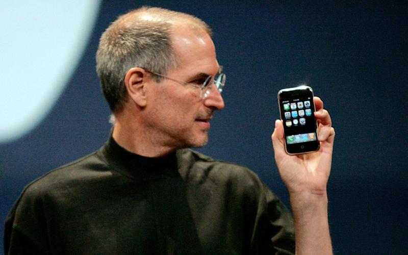 Steve Jobs unveils the iPhone - Reuters
