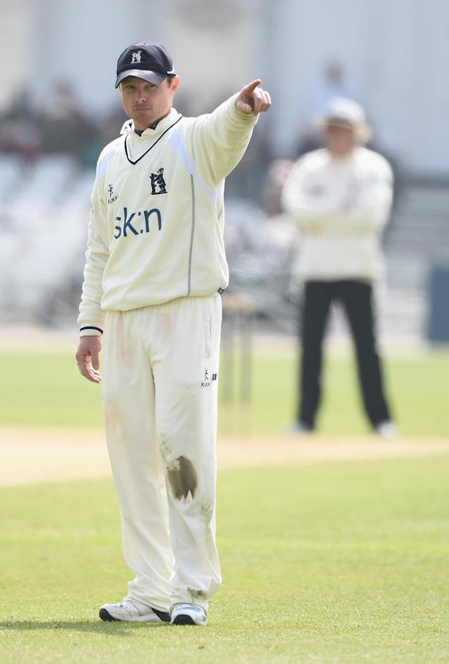 NOTTINGHAM, ENGLAND - APRIL 29: Ian Bell of Warwickshire sets his field during day three of the LV County Championship division one match between Nottinghamshire and Warwickshire at Trent Bridge on April 29, 2014 in Nottingham, England. (Photo by Laurence Griffiths/Getty Images)