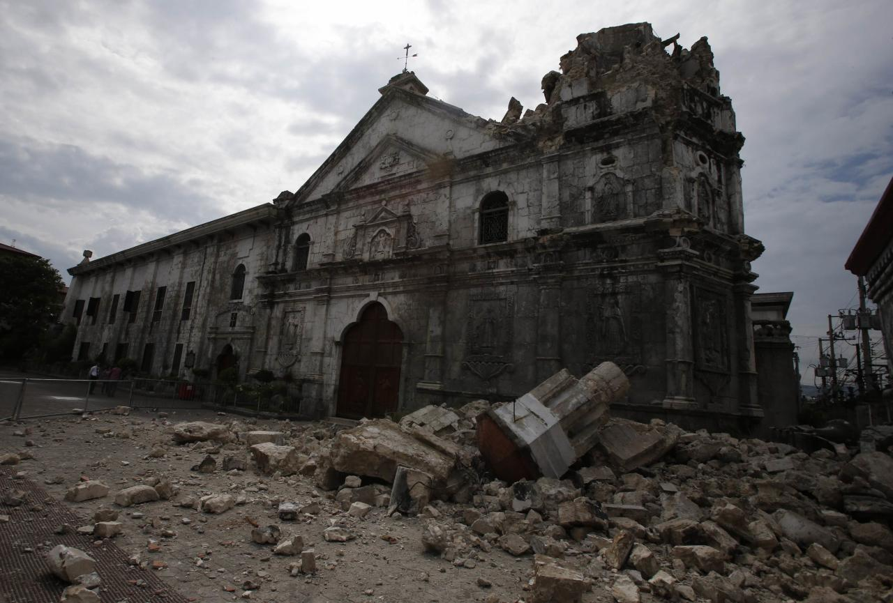 A view of the damaged Basilica Minore of Sto Nino de Cebu church after an earthquake struck Cebu city, is seen in central Philippines October 15, 2013. A strong earthquake measuring 7.2 struck islands popular with tourists in the Philippines on Tuesday killing at least 20 people, some while praying in a centuries-old church, officials said. REUTERS/Erik De Castro (PHILIPPINES - Tags: DISASTER SOCIETY)