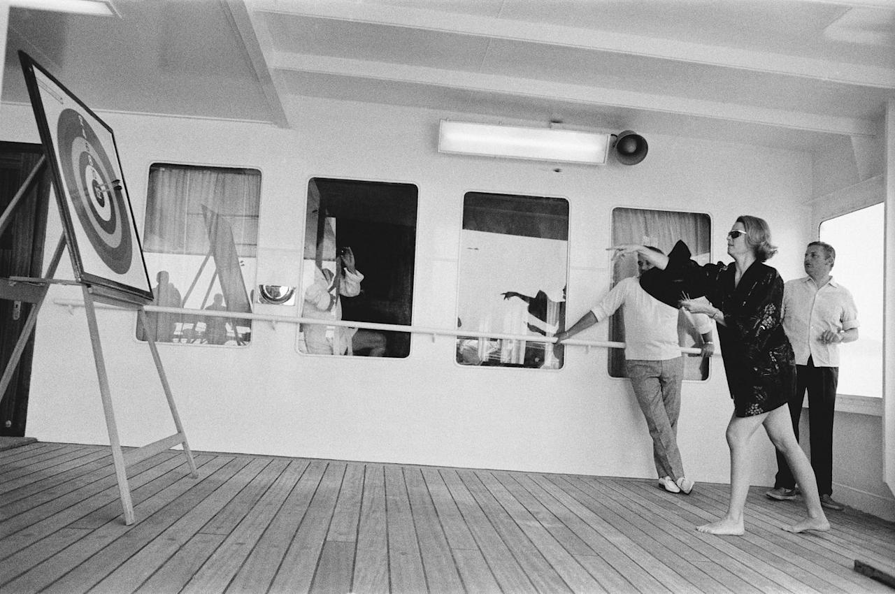 <p>Grace Kelly playing darts on a boat, June 1966, Monaco.</p>