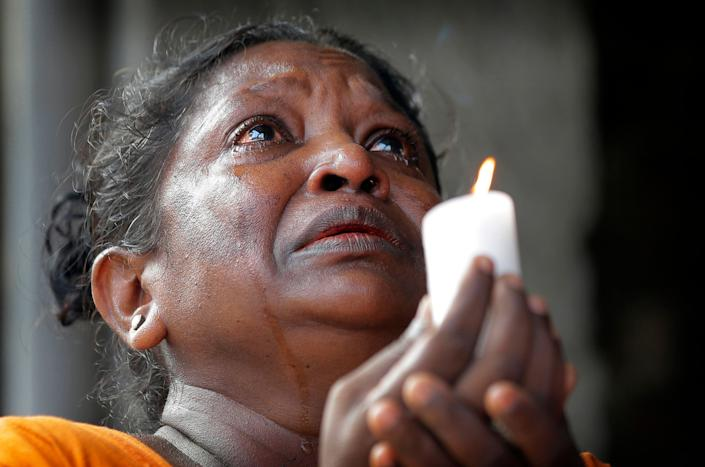 A Sri Lankan roman catholic woman prays during a three minute nationwide silence observe to pay homage to the victims of Easter Sunday's blasts outside St. Anthony's Shrine in Colombo, Sri Lanka, April 23, 2019. (Photo: Gemunu Amarasinghe/AP)