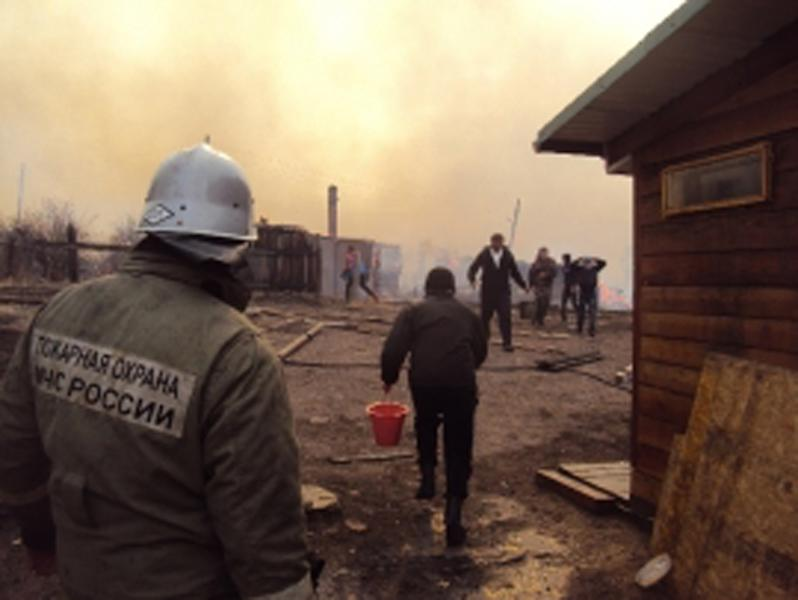 This photo obtained from Russia's Emergency Ministry on April 12, 2015 shows a firefighter and local residents extinguishing a fire in the region of Khakassia in southeastern Siberia (AFP Photo/)