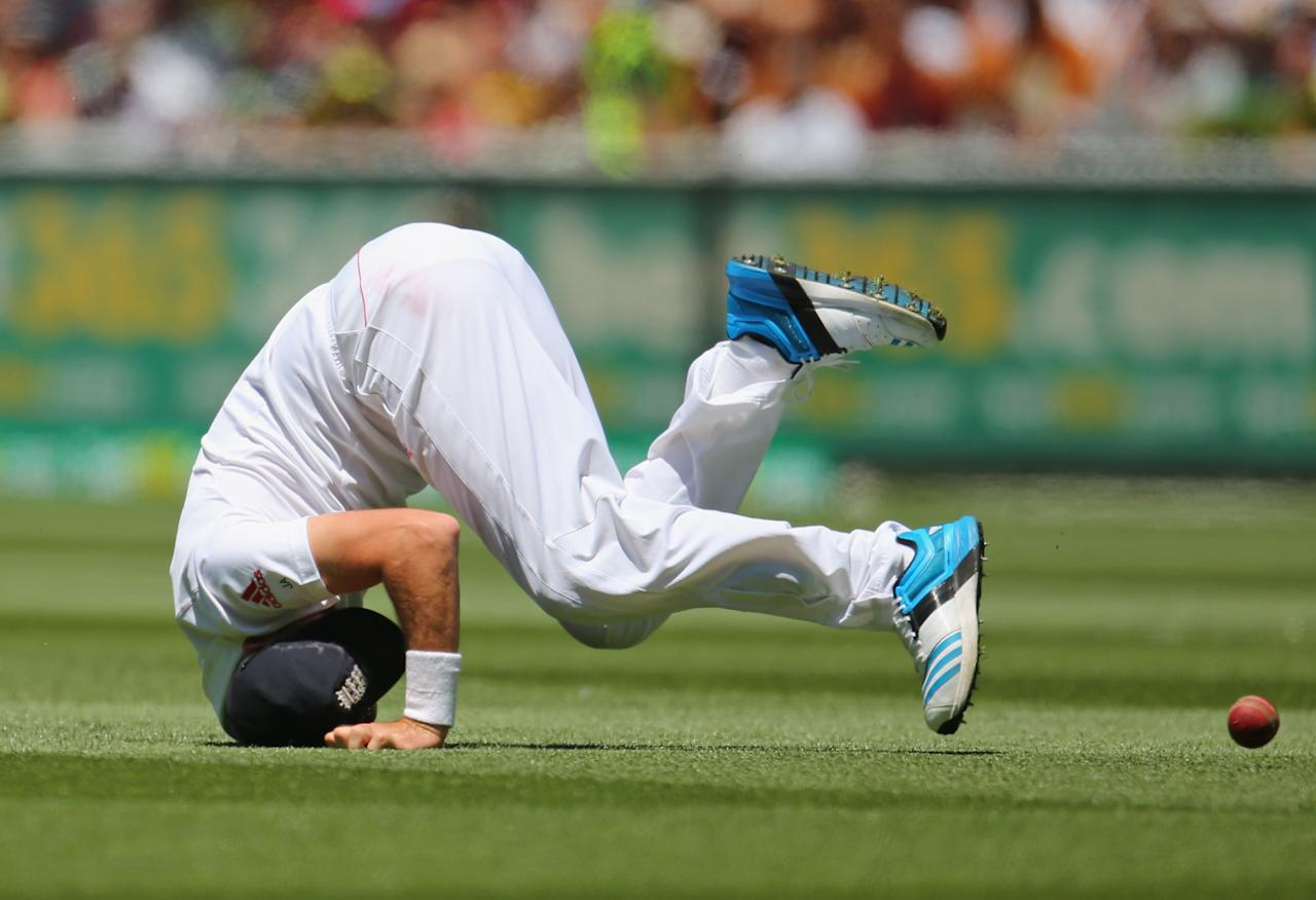 MELBOURNE, AUSTRALIA - DECEMBER 29:  James Anderson of England drops a catch in the outfield during day four of the Fourth Ashes Test Match between Australia and England at Melbourne Cricket Ground on December 29, 2013 in Melbourne, Australia.  (Photo by Scott Barbour/Getty Images)