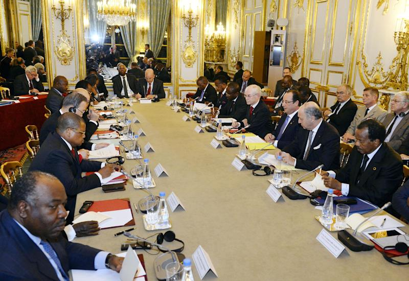 French President Francois Hollande, third from right, with Foreign Minister Laurent Fabius, second from right, and Cameroon President Paul Biya, right, takes part in a meeting on the situation in Central African Republic at the Elysee Palace in Paris, Saturday Dec. 7, 2013. Facing French President are from left: Gabon President Ali Bongo Ondimba and Central African Republic Prime Minister Nicolas Tiangaye.(AP Photo/Alain Jocard/Pool)