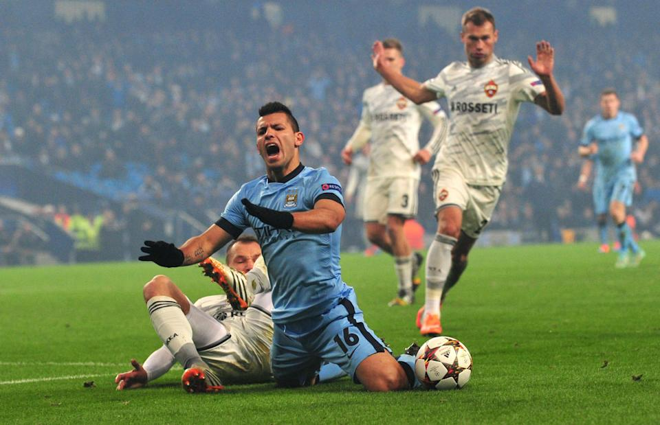 Manchester City's Sergio Aguero (C) is challenged by CSKA's Sergey Ignashevich before he was shown the yellow card for diving during the Champions League match in Manchester on November 5, 2014 (AFP Photo/Paul Ellis)