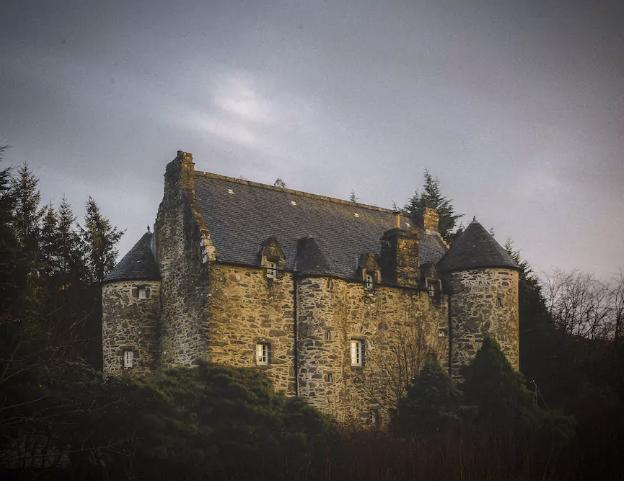 <p>The spectacular fortification was built in 1550 for John Carswell, Rector of Kilmartin Glen and later Bishop of The Isles. It was held by the Campbell Clan and then abandoned for 200 years. </p>