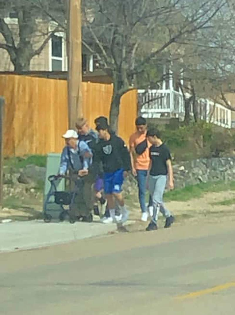 Teenage Boys Praised for Helping Fallen Elderly Man When They Thought No One Was Watching