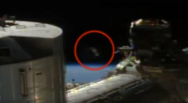 The object appears in the distance and gradually moves closer to the space station. Photo: Youtube / Scott Waring
