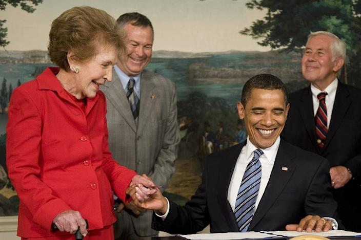 US President Barack Obama (C) with former US First Lady Nancy Reagan signing the Ronald Reagan Centennial Commission Act in the Diplomatic Room of the White House in Washington, DC on June 02, 2009 (AFP Photo/Jim Watson)