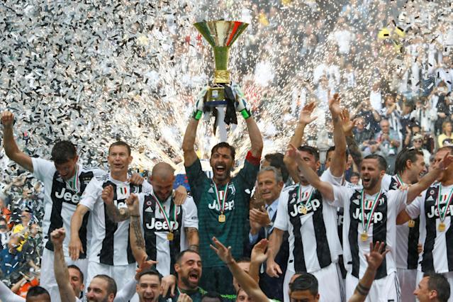 Soccer Football - Serie A - Juventus vs Hellas Verona - Allianz Stadium, Turin, Italy - May 19, 2018 JuventusÕ Gianluigi Buffon lifts the trophy as the Juventus players celebrate winning the league REUTERS/Stefano Rellandini