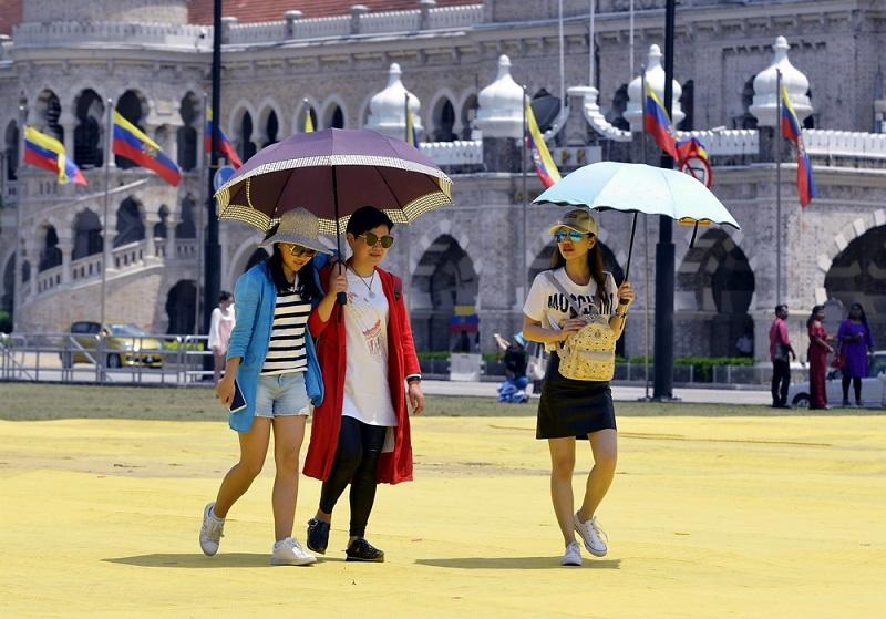 Tourists from China visit the monumental Dataran Merdeka in Kuala Lumpur. — Picture by Ham Abu Bakar