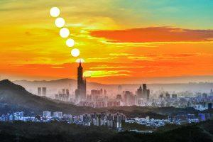 攝於2016年10月19日汐止天秀宮廣場。| Many visitors also opt to place their cameras on the bend of the road in front of the temple to not only snap a pic of the iconic sunset atop of Taipei 101 (圖|黃秀山攝影|Courtesy of Huang,Hsiu-Shan)