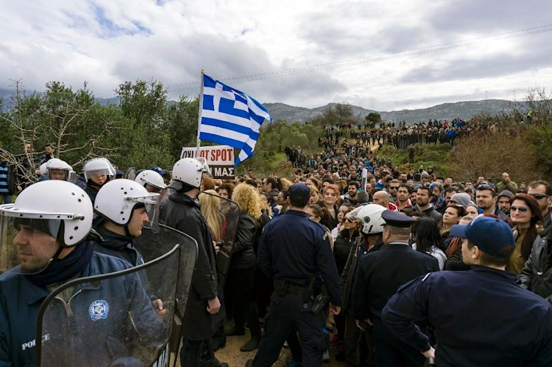 """People protest against the so-called """"hotspot"""" being built for refugees and migrants on the Greek island of Kos, on February 14, 2015 (AFP Photo/)"""