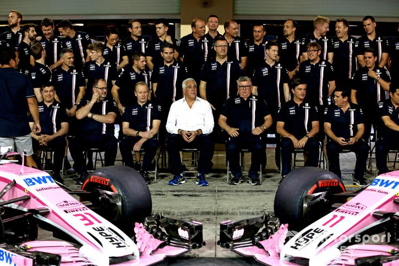 "Lawrence Stroll, propietario del equipo Racing Point Force India F1 y Otmar Szafnauer, director del equipo Racing Point Force India Racing durante la foto del equipo Point Force India F1 <span class=""copyright"">Jean Petin / Motorsport Images</span>"