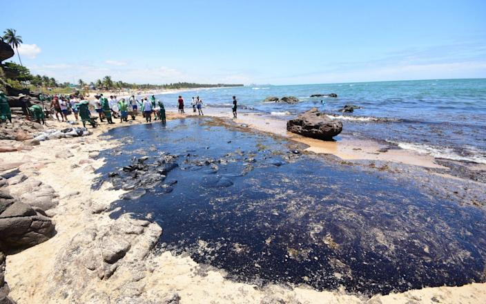 Volunteers attempt to clean the spill on Itapuama Beach in Cabo de Santo Agostinho - B6117