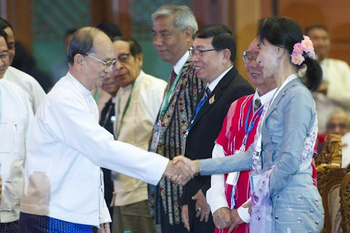 Myanmar's Pesident Thein Sein (R) has pledged to support the transition towards democracy in the face of Aung San Suu Kyi's popular mandate (AFP Photo/Ye Aung Thu)