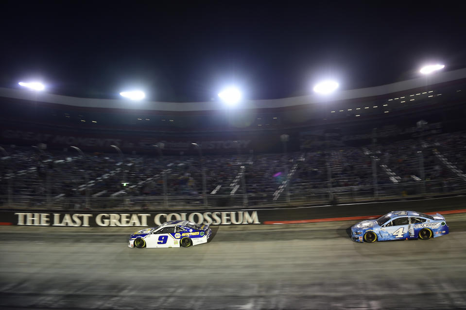 BRISTOL, TENNESSEE - SEPTEMBER 19: Chase Elliott, driver of the #9 NAPA Auto Parts Chevrolet, and Kevin Harvick, driver of the #4 Busch Light Ford, race during the NASCAR Cup Series Bass Pro Shops Night Race at Bristol Motor Speedway on September 19, 2020 in Bristol, Tennessee. (Photo by Jared C. Tilton/Getty Images)