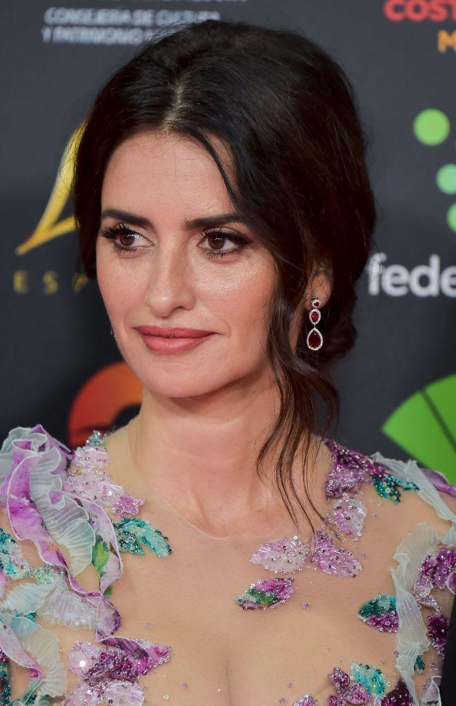 <p>Penelope Cruz knows how to make her eyes pop! A sultry eye, dewy foundation, and a pink lip color that is slightly darker than a nude is a great combo for many skin tones. </p>