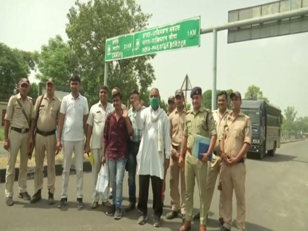Two pakistani nationals along with Indian police officials (photo/ANI)