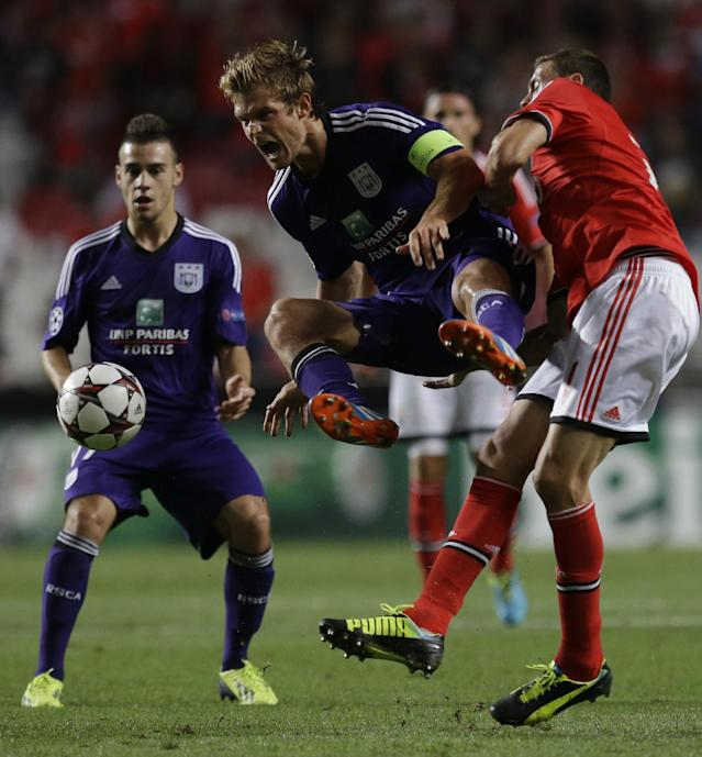 Anderlecht's Guillaume Gillet, centre shoots during the Champions League group C soccer match between Benfica and Anderlecht Tuesday, Sept. 17, 2013, at Benfica's Luz stadium in Lisbon. (AP Photo/Armando Franca)
