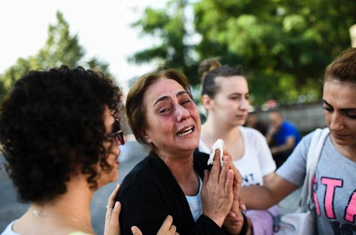 A woman mourns for victims of an attack targeting Istanbul's Ataturk airport on June 29, 2016 (AFP Photo/Bulent Kilic)