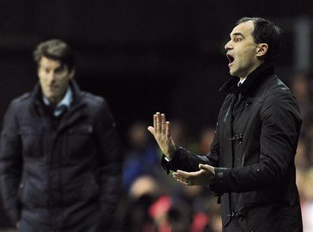 Everton's manager Roberto Martinez (R) reacts during their English Premier League soccer match against Swansea City at the Liberty Stadium in Wales, December 22, 2013. REUTERS/Rebecca Naden