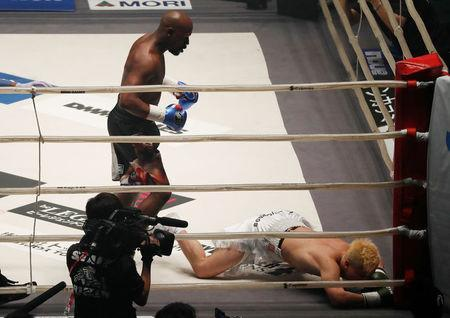 Mayweather blitzes Tenshin in Japanese boxing exhibition