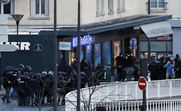French police special forces launch an assault at the Hyper Cacher store in Porte de Vincennes, Paris, on January 9, 2015 (AFP Photo/Thomas Samson)
