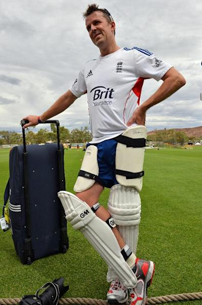 England's Graeme Swann talks to the media during a team training session at Traeger Park in Alice Springs, Australia, on November 28, 2013 (AFP Photo/Saeed Khan)