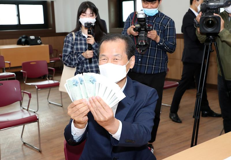 Choi Moon-soon, the governor of Gangwon Province, spends his economic stimulus money at Jungang Market