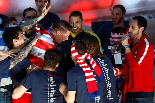 Soccer Football - Atletico Madrid Celebrate Winning The Europa League - Neptuno Square, Madrid, Spain - May 18, 2018 Atletico Madrid's Fernando Torres surrounded by his team mates during the celebrations REUTERS/Juan Medina