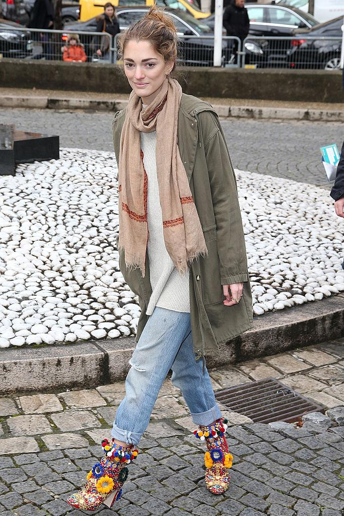 Tastemaker and art director Sofia Sanchez de Betak wears loose-fitting jeans during Paris Fashion Week. (Photo: Getty)