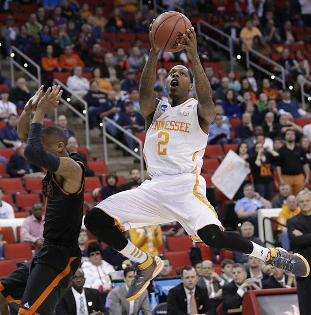 Tennessee guard Antonio Barton (2) shoots against Mercer forward Bud Thomas (5) during the first half of an NCAA college basketball third-round tournament game, Sunday, March 23, 2014, in Raleigh. (AP Photo/Chuck Burton)