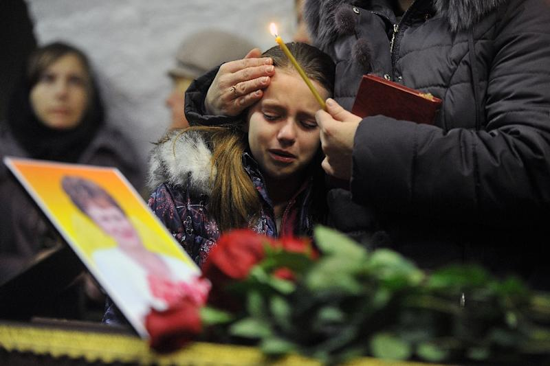 A girl cries during a funeral service for a Russian victim of the MetroJet plane which crashed in the Sinai Peninsula, at a church in Velikiy Novgorod, on November 5, 2015 (AFP Photo/Olga Maltseva)