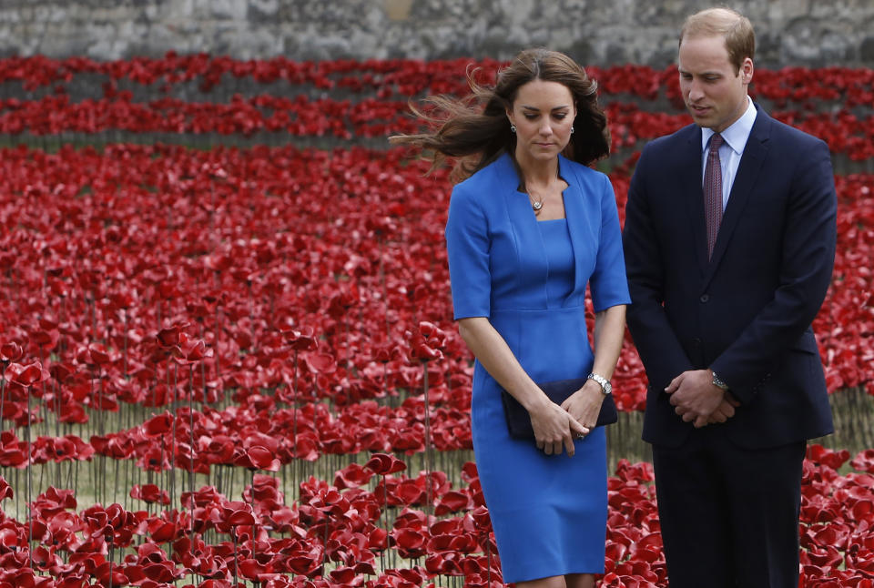 Britain's Prince William and his wife Catherine, Duchess of Cambridge stand amid the Tower of London's 'Blood Swept Lands and Seas of Red' poppy installation to commemorate the 100th anniversary of the outbreak of World War One (WW1), in London August 5, 2014. REUTERS/Luke MacGregor (BRITAIN - Tags: ROYALS SOCIETY CONFLICT)