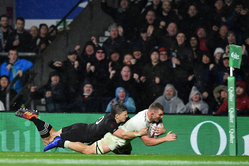 47402b0391a Sam Underhill dives over the line with New Zealand's Beauden Barrett in