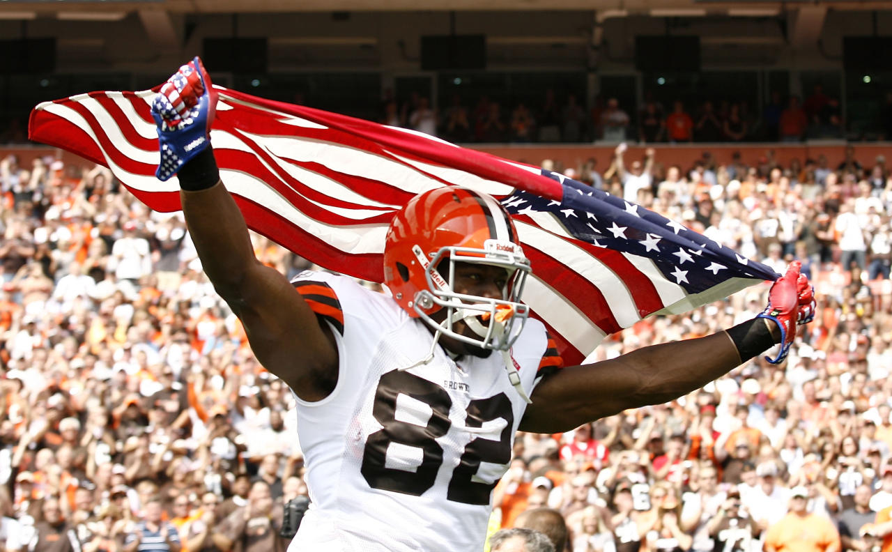 CLEVELAND, OH - SEPTEMBER 11:  Tight end Benjamin Watson #82 of the Cleveland Browns runs onto the field prior to their game against the Cincinnati Bengals during the season opener at Cleveland Browns Stadium on September 11, 2011 in Cleveland, Ohio.  (Photo by Matt Sullivan/Getty Images)