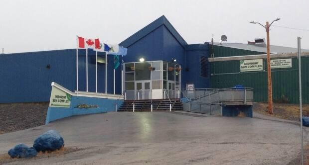 Territorial court was held at the Midnight Sun Recreation Complex in Inuvik, N.W.T., Wednesday because Supreme Court cases were happening at the same time in the courthouse. (David Thurton/CBC - image credit)