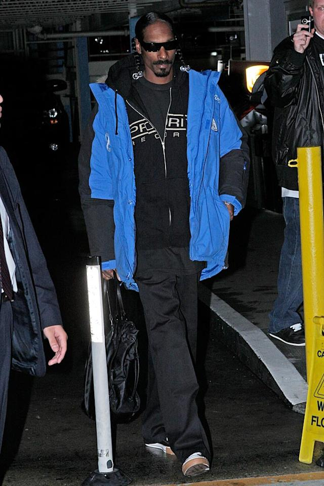 """Snoop Dogg made sure to lend a helping hand and showed up in a comfy ensemble, ready to get down to business. MAP/<a href=""""http://www.splashnewsonline.com"""" target=""""new"""">Splash News</a> - January 18, 2010"""