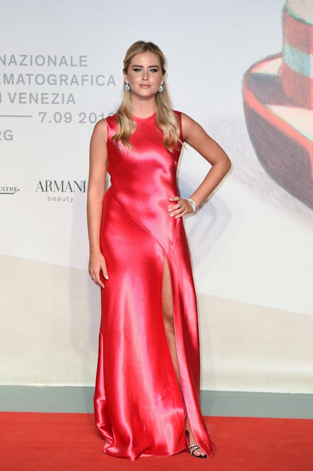 La sorella minore di Chiara Ferragni, Valentina Ferragni, ha optato per un abito color rosso acceso (Photo by Stephane Cardinale - Corbis/Corbis via Getty Images)