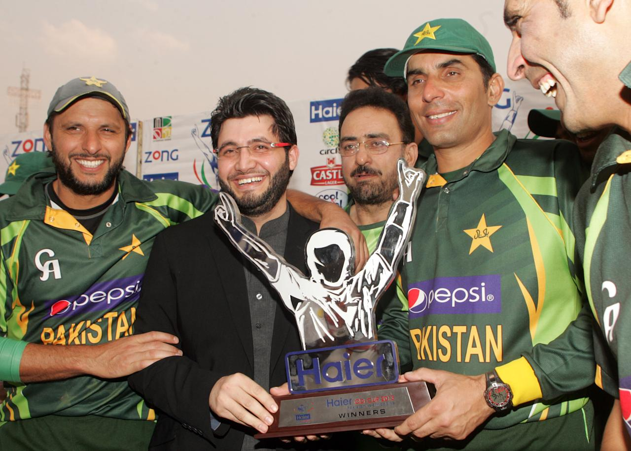 Pakistan captain Misbah Ul Haq and teammates pose with the series trophy after victory over Zimbabwe on August 31, 2013 foloowing the third and final one-day international at the Harare Sports Club. AFP PHOTO / JEKESAI NJIKIZANA        (Photo credit should read JEKESAI NJIKIZANA/AFP/Getty Images)