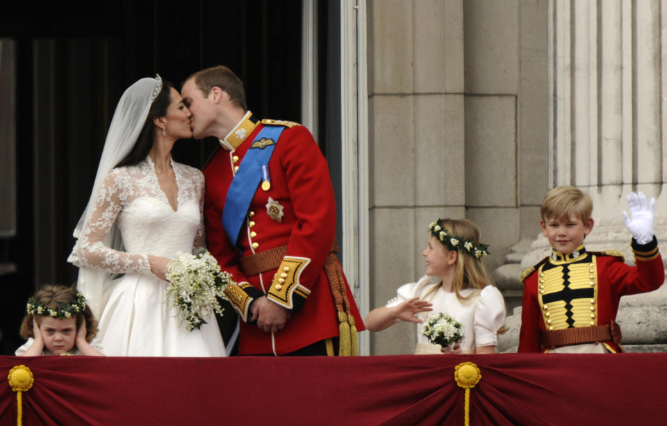 Britain's Prince William and his wife Catherine, Duchess of Cambridge kiss on the balcony at Buckingham Palace, watched by bridemaids Grace van Cutsem (L) and Margarita Armstrong-Jones and pageboy Tom Pettifer, after their wedding in Westminster Abbey, in central London April 29, 2011. Prince William married his fiancee, Kate Middleton, in Westminster Abbey on Friday   (ROYAL WEDDING/ BALCONY)          REUTERS/Dylan Martinez (BRITAIN  - Tags: ROYALS ENTERTAINMENT SOCIETY) FOR BEST QUALITY IMAGE SEE: GM1E79T1BL401