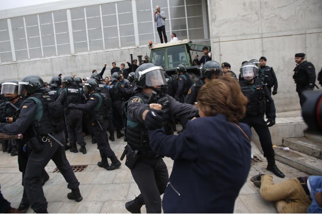 <p>Civil guards clear people away from the entrance of a sports center, assigned to be a polling station by the Catalan government in Sant Julia de Ramis, near Girona, Spain, Oct. 1, 2017. (Photo: Francisco Seco/AP) </p>
