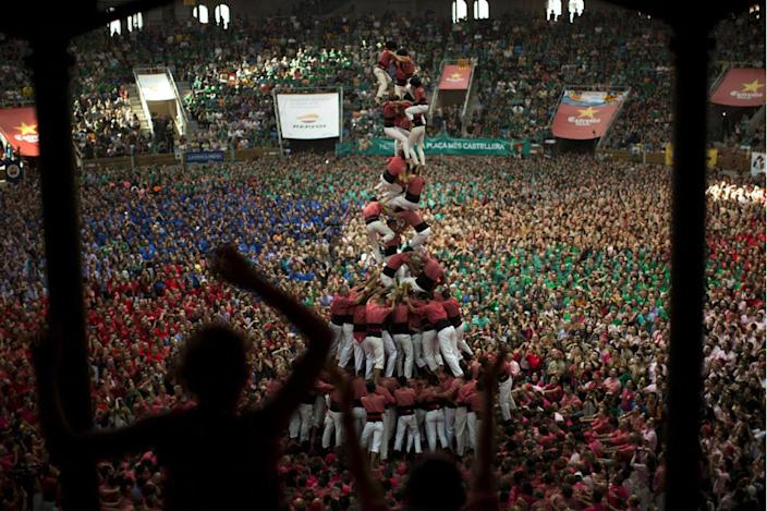 """<p>Members of """"Vella de Xiquets de Valls"""" fall as they try to complete their human tower during the 26th Human Tower Competition in Tarragona, Spain, Oct. 2, 2016. (AP Photo/Emilio Morenatti)</p>"""