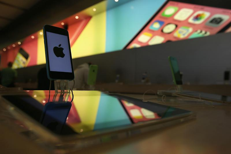 iPhones sit on display at Apple's Fifth Avenue store in Midtown Manhattan, in New York, on April 22, 2014 (AFP Photo/John Moore)