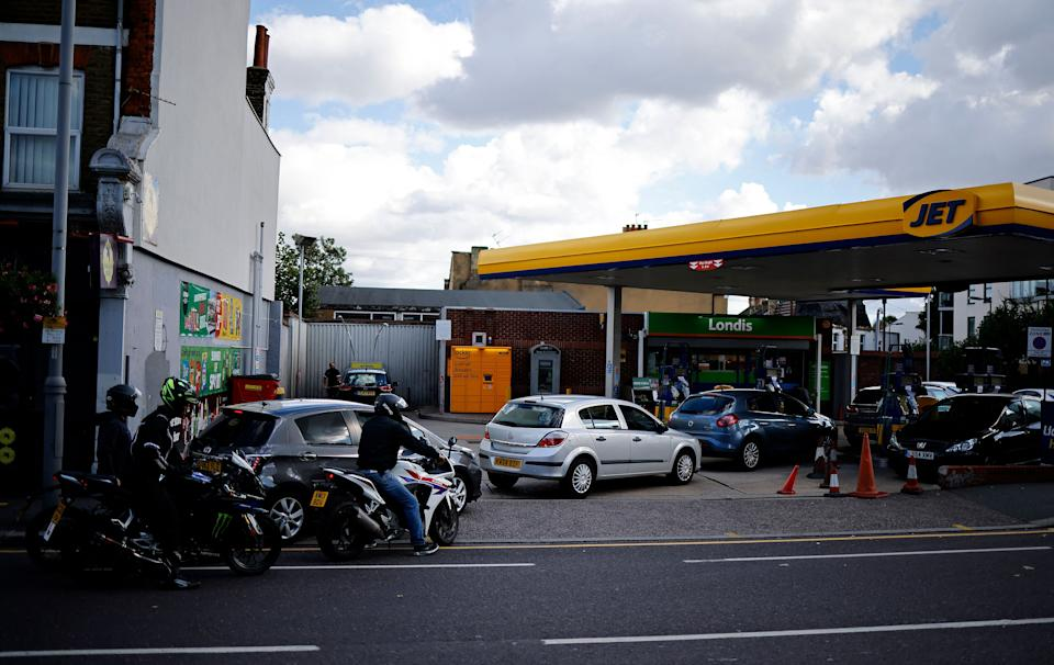 Motorists queue to refill the fuel tanks of their vehicles with petrol or diesel, at a Jet petrol station in Leyton, east London on September 29, 2021. - British troops are expected to be deployed within days to help ease a fuel supply crisis, the government said on Wednesday, as the retail and hospitality sectors called for foreign workers to be allowed to fill post-Brexit vacancies. (Photo by Tolga Akmen / AFP) (Photo by TOLGA AKMEN/AFP via Getty Images)