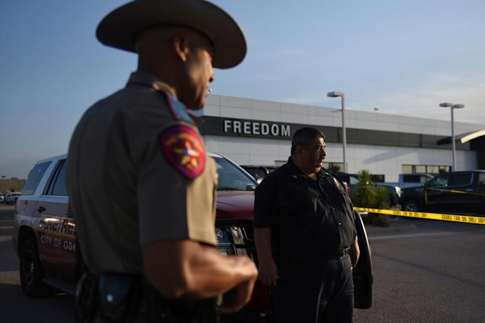 A Texas state trooper and other emergency personnel monitor the scene at a local car dealership following a shooting in Odessa, Texas, Sept. 1, 2019. (Photo: Callaghan O'Hare/Reuters)