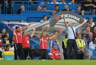 Crystal Palace's manager Alan Pardew (R) and the bench celebrate after their English Premier League 2-1 victory against Chelsea, at Stamford Bridge in London, on August 29, 2015 (AFP Photo/Olly Greenwood)