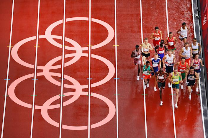 <p>Runners compete in round one of the Men's 1500m heats on day eleven of the Tokyo 2020 Olympic Games at Olympic Stadium on August 03, 2021 in Tokyo, Japan. (Photo by Richard Heathcote/Getty Images)</p>